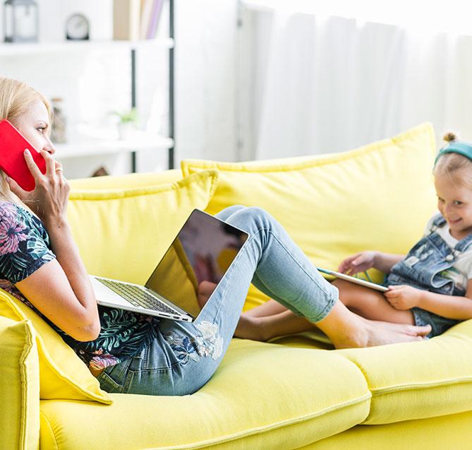Mor og datter ved hjælp af Nordisk TV Box